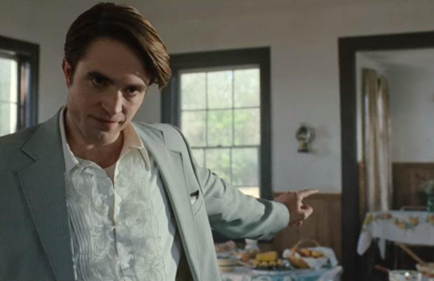 """Scena z filmu """"Diabeł wcielony"""". Wielebny wskazuje palcem na stół z podarowanym mu jedzeniem."""